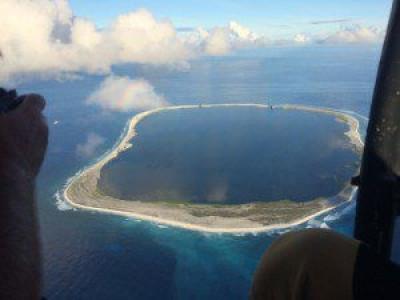 L'île Clipperton (1,7 km2 ), aussi appelée île de Clipperton et Clipperton, anciennement île de la Passion, est une possession frçaise Clipperton_77739975082eabdad0e39285cca5dc41