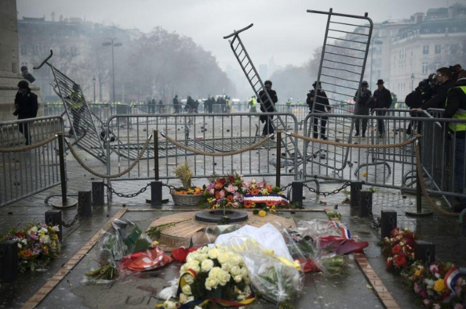 1176646 des policiers protegent la tombe du soldat inconnu sous l arc de triomphe alors que des gilets jaune